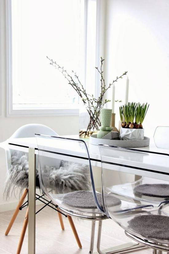skandinavische Frühlingsdeko Esszimmer Esstisch Plastikstühle Tischdekoration Frühlingsblumen Zweige in Vasen
