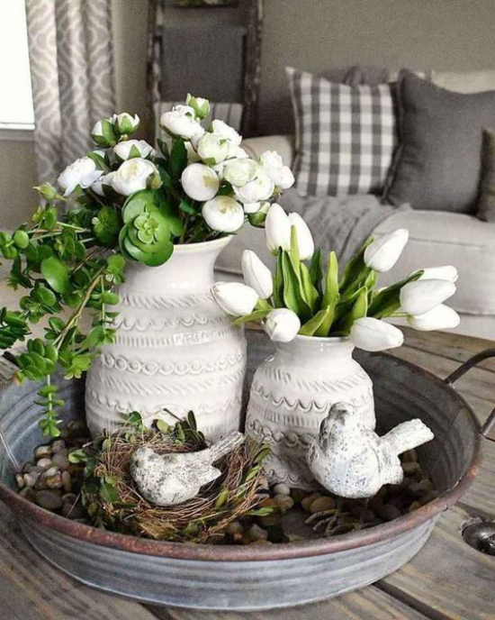 skandinavische Frühlingsdeko Tischdeko weiße Tulpen weiße Blüten viel Grün Nester Vögel