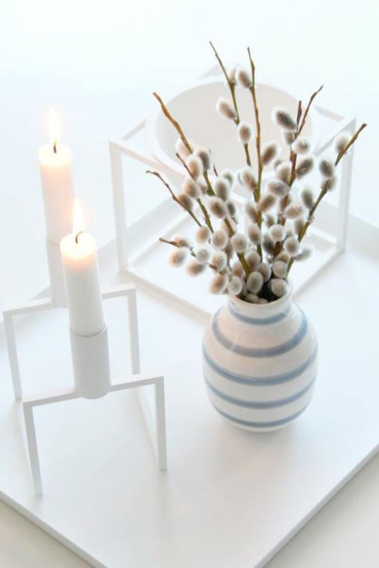 skandinavische Frühlingsdeko Vase Kerzen blühende Zweige