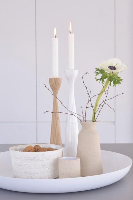 skandinavische Frühlingsdeko Vasen in hellen Farben weiße Blume schlichte Eleganz Natürlichkeit pur zwei kerzen