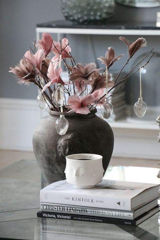 skandinavische Frühlingsdeko alte Vase rosa Blüten Bücher einfach und schön