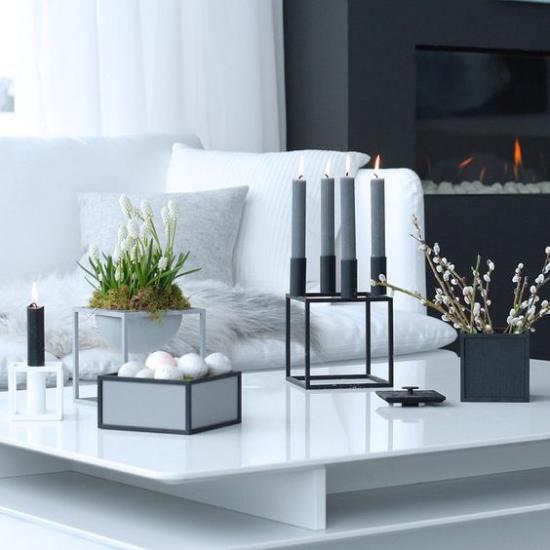 skandinavische Frühlingsdeko elegantes Wohnzimmer weiße Möbel graue Kerzen weiße Blüten