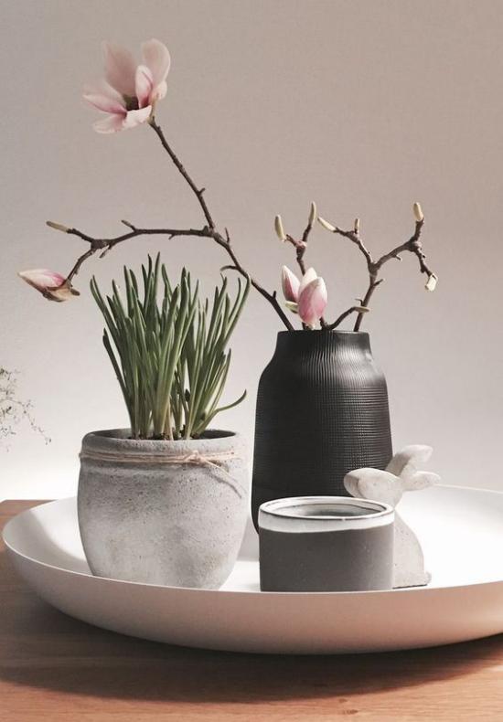 skandinavische Frühlingsdeko hellrosa Blüten schwarze Vase andere Deko Artikel Hase Vasen