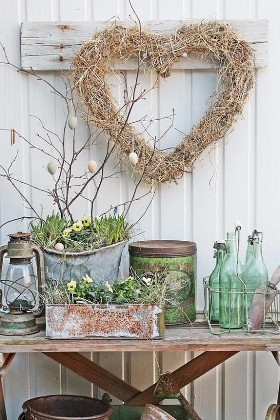skandinavische Frühlingsdeko im rustikalen Stil alte Behälter Kranz in Herzform