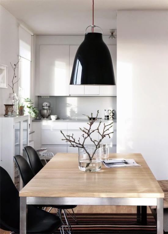 skandinavische Frühlingsdeko moderne Küche Hängelampen helles Holz Vase mit blühenden Zweigen