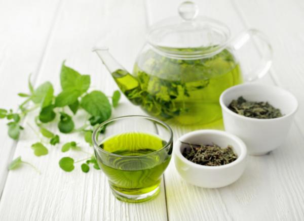 vitalisierende Tees Grüntee beliebter Muntermacher gegen Frühjahrsmüdigkeit