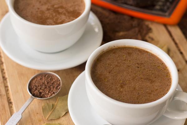 vitalisierende Tees Kakaoschalentee sieht heißer Schokolade ähnlich aus