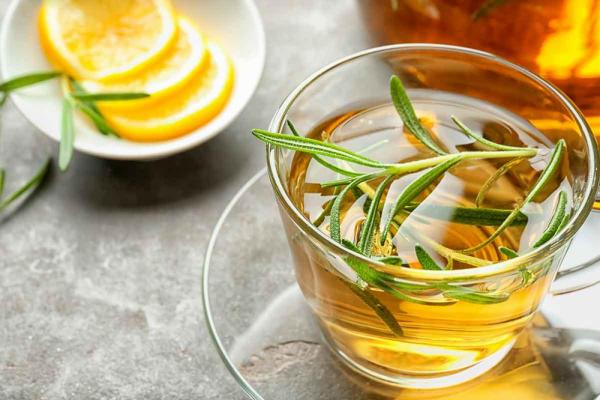 vitalisierende Tees Rosmarintee mit Honig und Zitrone genießen schmeckt gut heilt
