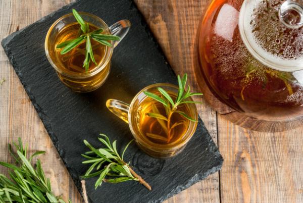 vitalisierende Tees Rosmarintee wirkt positiv auf Körper und Geist