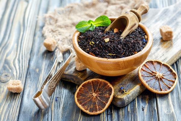 vitalisierende Tees schwarzer Tee gesund beliebter Muntermacher gegen Frühjahrsmüdigkeit