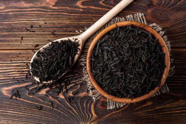 vitalisierende Tees schwarzer Tee gesund und nützlich beliebter Muntermacher gegen Frühjahrsmüdigkeit