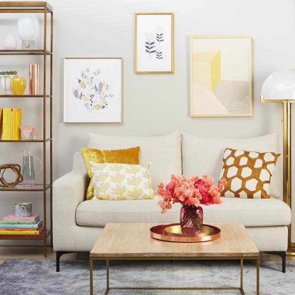 Aktuelle Wandfarben Wohnzimmer sanfte Pastelltöne Sofa Kissen Wandbilder sehr fröhliche Raumatmosphäre