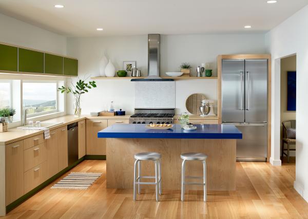 Aktuelle Wandfarben gebrochenes Weiß an den Wänden moderne Küche viel Holz moderne Küchengeräte Kücheninselplatte in Marineblau