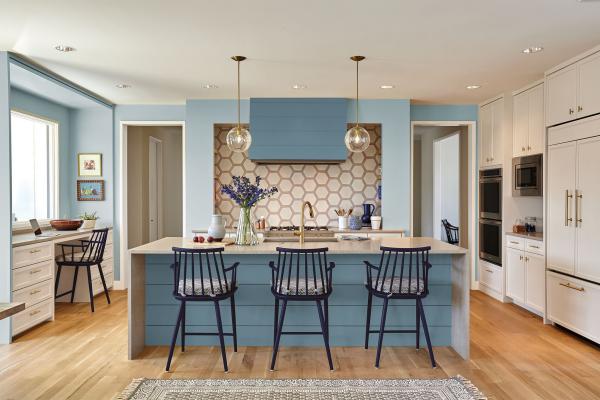 Aktuelle Wandfarben große schöne Küche in hellem Beige und Pastellblau einladend schick