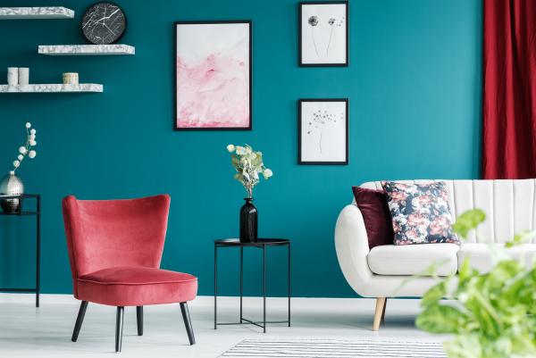 Aktuelle Wandfarben pastellblau dunkler Hintergrund für hellere Möbelstücke Sofa roter Sessel