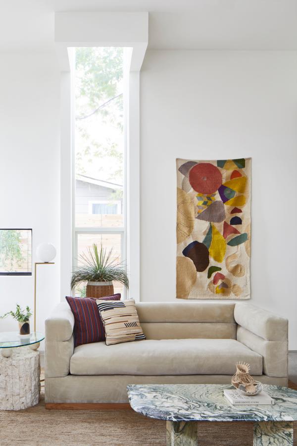 Aktuelle Wandfarben schickes helles Interieur gebrochenes Weiß Beige komfortables Sofa Wanddekoration