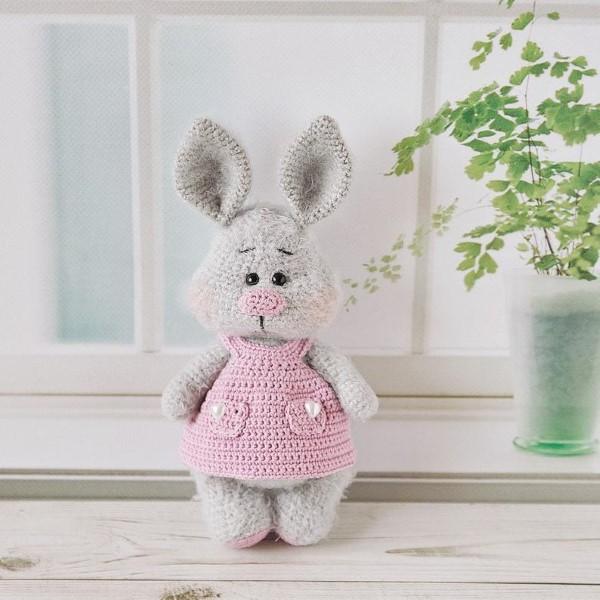 Amigurumi Hase häkeln – Ideen für Ostern zum Inspirieren und Nachmachen grauer hase niedlich kleid rosa
