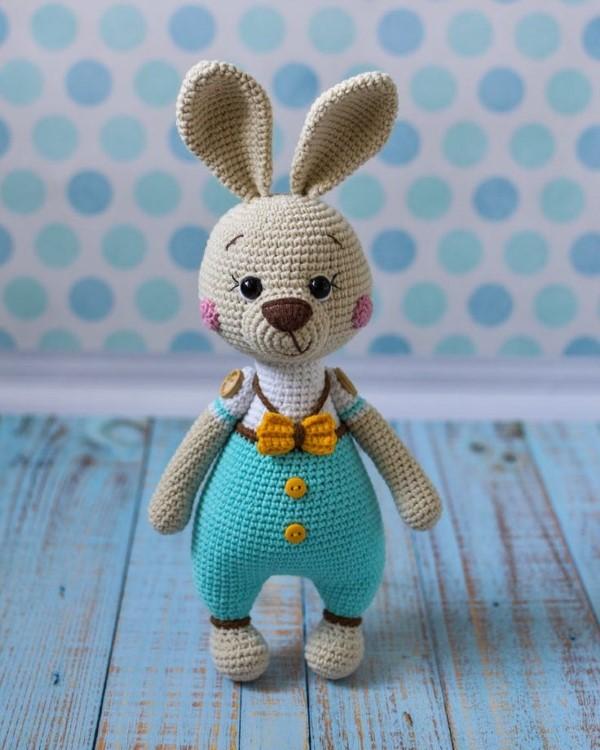 Amigurumi Hase häkeln – Ideen für Ostern zum Inspirieren und Nachmachen niedlicher osterhase blaues outfit