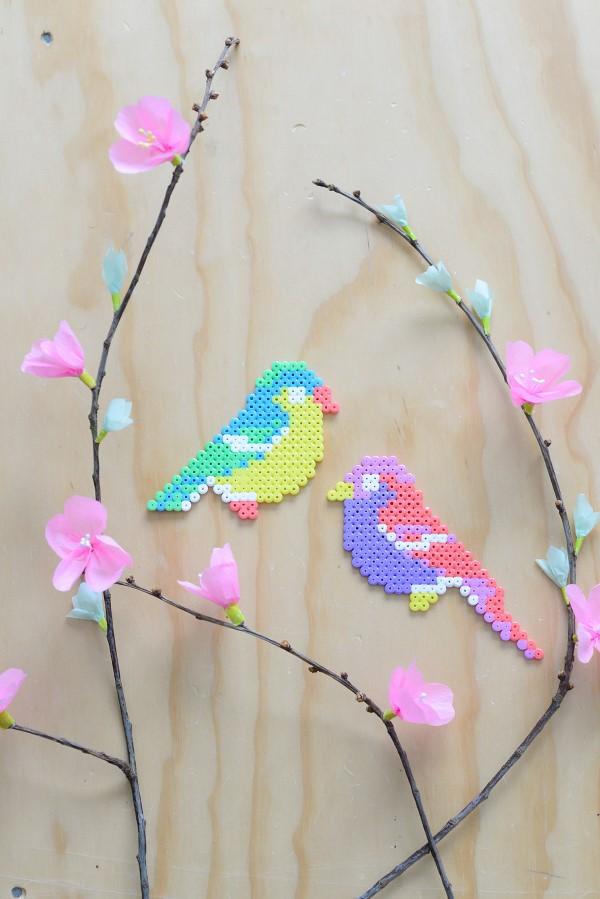 Basteln mit Bügelperlen zu Ostern – coole Ideen und praktische Tipps bunte vögel frühling diy