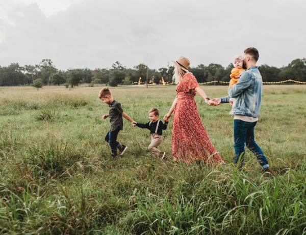 Frühling mit einem Osterspaziergang begrüßen – frische Ideen für die ganze Familie familie durch wiese spazieren