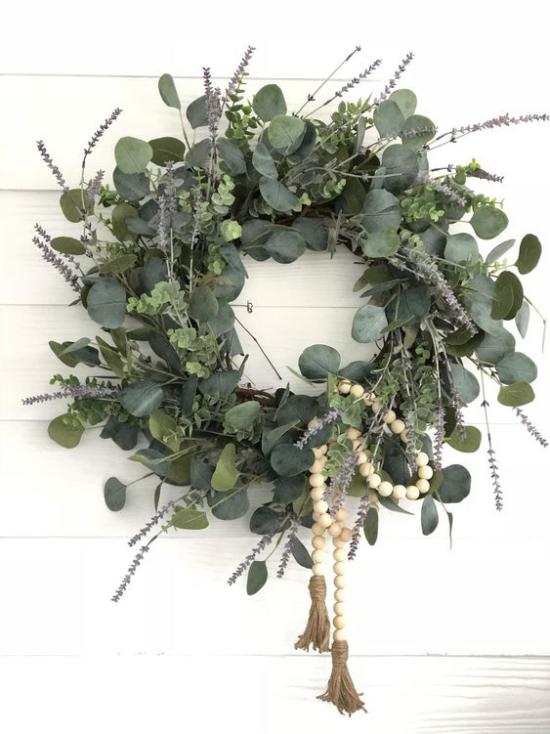 Frühlingskränze üppiges Grün Eukalyptusblätter Lavendelstiele Holzperlen