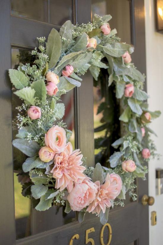 Frühlingskränze Blüten in Pastellfarben herrliches Arrangement an der Haustür üppiges Grün
