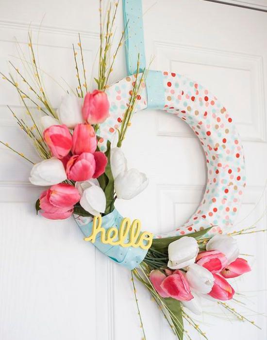 Frühlingskränze Styroporreifen hellblaue Schleife schöne Tulpen fröhliche Deko für Haustür
