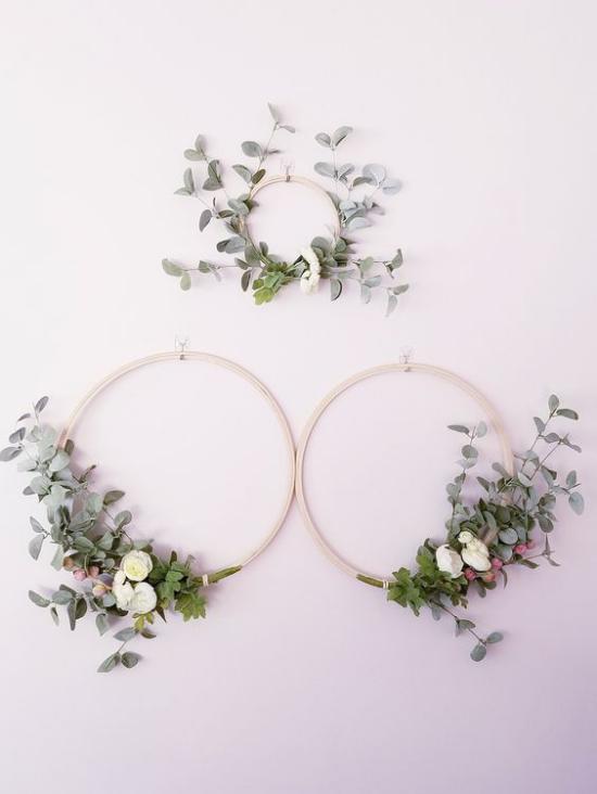 Frühlingskränze drei alte Strickreifen geschmückt grüne Blätter schlichtes Arrangement