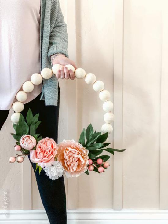 Frühlingskränze große weiße Holzperlen schöne üppige Blüten herrliches Arrangement