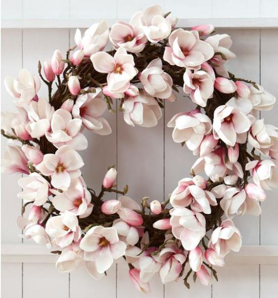 Frühlingskränze herrliche Magnolienblüten in blassem Rosa