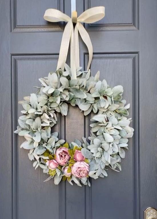 Frühlingskränze künstliches Grün Blüten an der Tür gehängt passende Schleife schöner Look