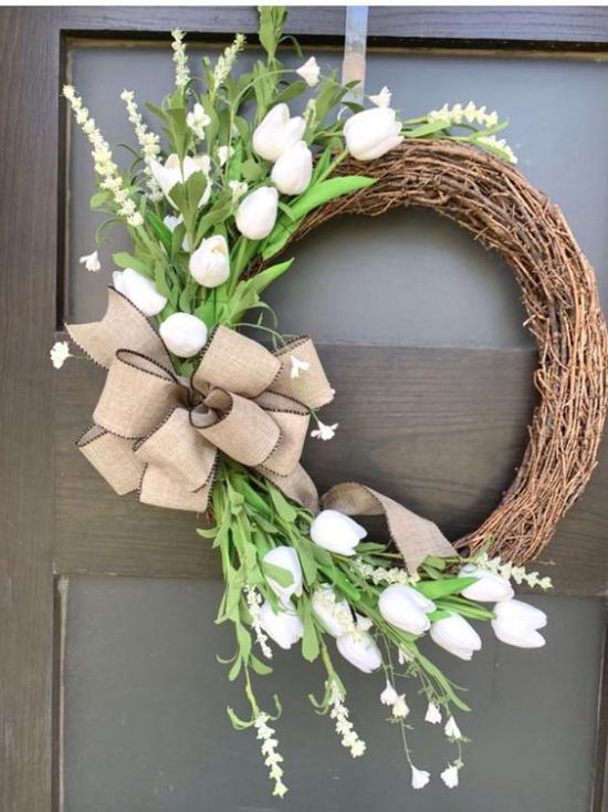 Frühlingskränze traditioneller Türschmuck im Frühling Kranz aus Weidenzweigen weiße Tulpen rustikaler Look