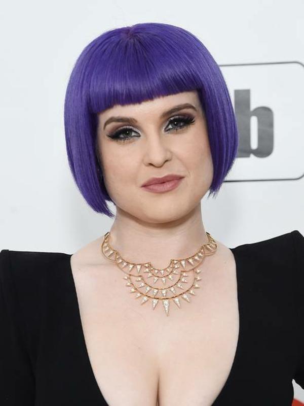 Frisuren für runde Gesichter Kurzhaarschnitte lila Haare