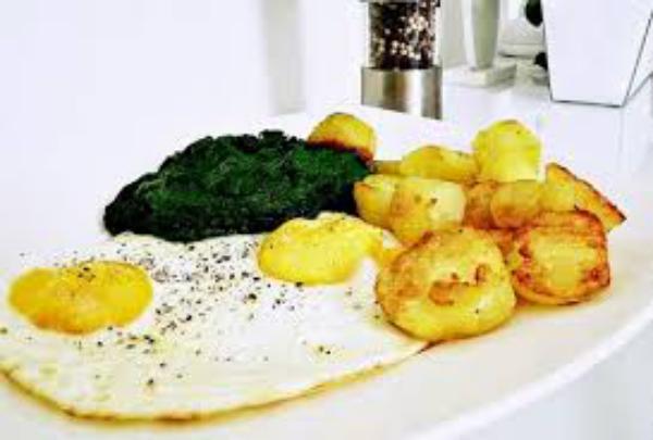 Gründonnerstag grüne Speisen traditionelle Rezepte Blattspinat Pellkartoffeln Spiegelei klassisches Grundrezept
