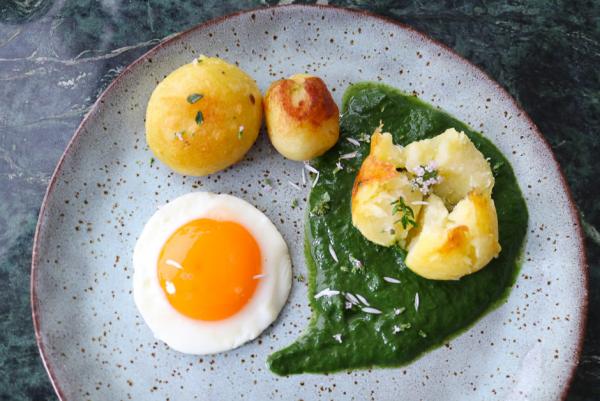 Gründonnerstag grüne Speisen traditionelle Rezepte Blattspinat mit Pellkartoffeln und Spiegelei einfache Zubereitung frischer Geschmack