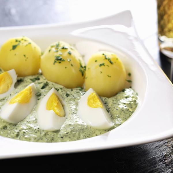 Gründonnerstag grüne Speisen traditionelle Rezepte Kartoffeln mit gekochten Eiern in grüner Soße