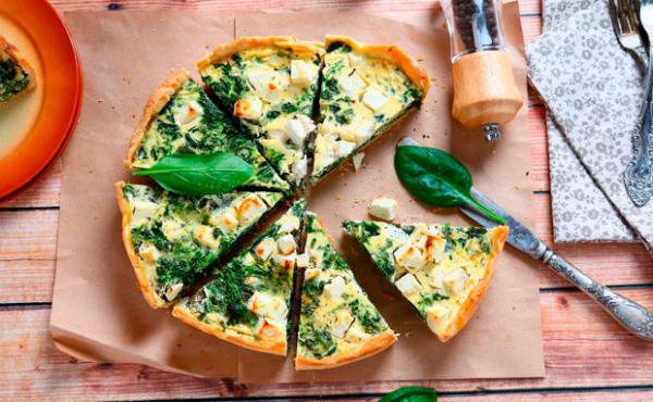 Gründonnerstag grüne Speisen traditionelle Rezepte Pizza mit Spinat