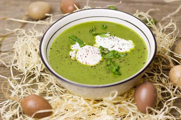 Gründonnerstag grüne Speisen traditionelle Rezepte grüne Spinat-oder Mangold Suppe Eier