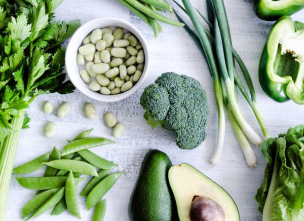 Gründonnerstag grüne Speisen traditionelle Rezepte viel grünes Gemüse grüne Bohnen Frühlingszwiebeln Avocado Brokkoli