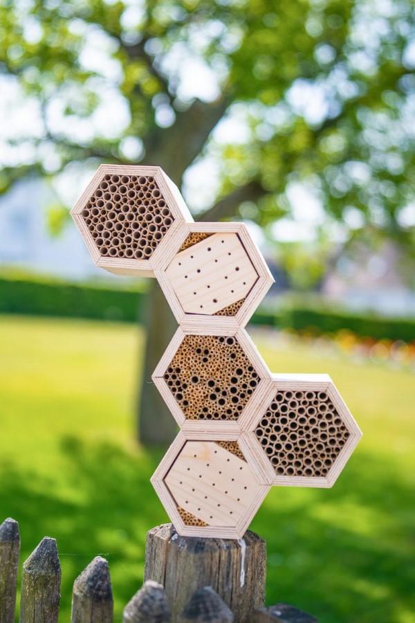 Insektenhotel basteln und den Frühlingsgarten mit freudigen Summen erfüllen diy ideen bienenstock