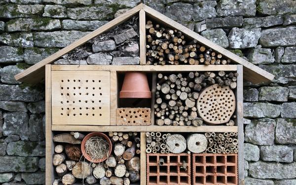Insektenhotel basteln und den Frühlingsgarten mit freudigen Summen erfüllen gartenhelfer unterstützen