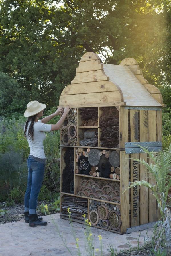 Insektenhotel basteln und den Frühlingsgarten mit freudigen Summen erfüllen großes hotel bienen