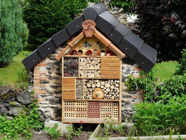 Insektenhotel basteln und den Frühlingsgarten mit freudigen Summen erfüllen hotel mit dach bauen