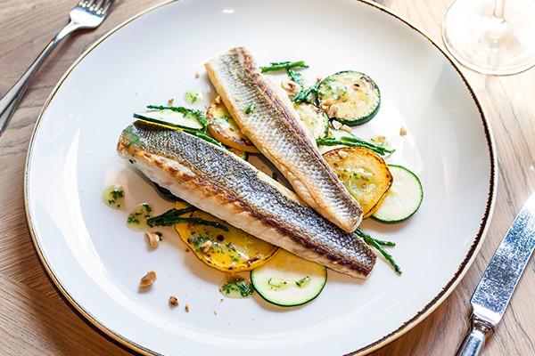 Karfreitag Fischtag Seebarsch mit gegrillter Zucchini schmeckt vorzüglich Lieblingsgericht der Deutschen