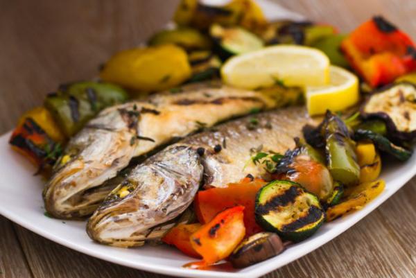 Karfreitag Fischtag Tradition christliche Herkunft gegrillter Lachs Beilage gegrilltes Gemüse verschiedener Art
