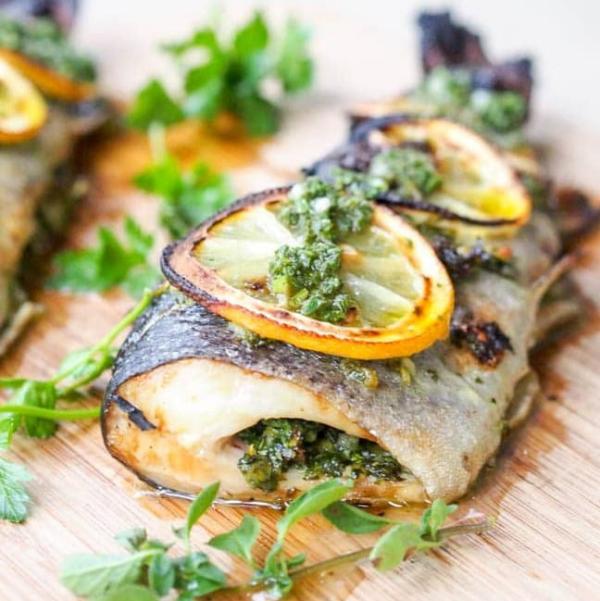 Karfreitag Fischtag alte Tradition gebratene Forelle mit Zitronenscheiben grüne Kräuter