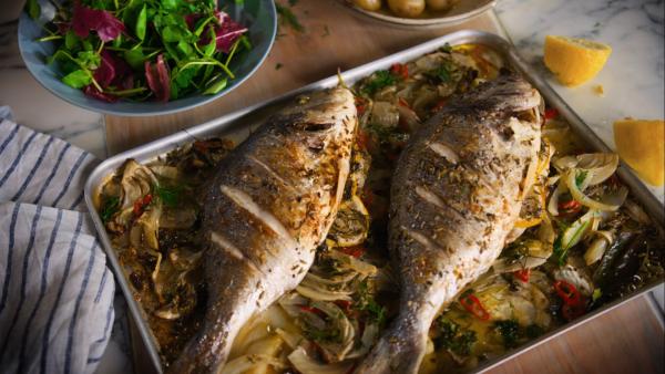 Karfreitag Fischtag alte Tradition zwei gebratene Doraden mit Fenchel und Chilischote