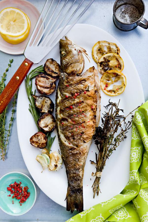Karfreitag Fischtag gegrillter Fisch mit Zucchini Knoblauchzehen Rosmarin