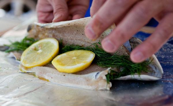 Karfreitag Fischtag wie die Tradition vorgibt Forelle in Folie im Ofen backen