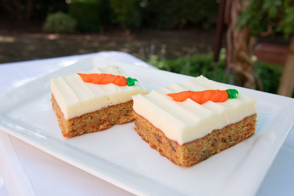 Karottenkuchen Low- Carb Variante zwei Stück serviert reine Versuchung hier kalorienarm